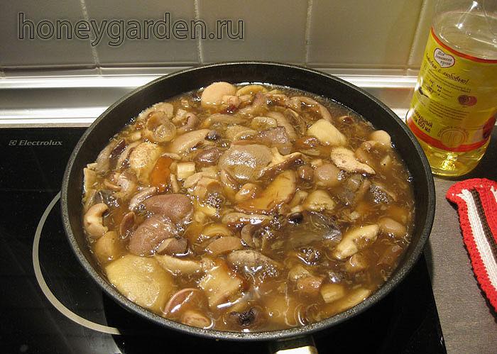 сваренные грибы на сковороде, вечер